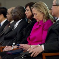 hillary-clinton-blackberry-saul-loeb-afp-getty3