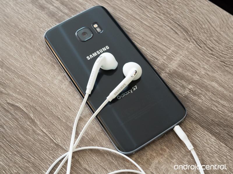 galaxy-s7-in-box-headphones.jpg?itok=stM
