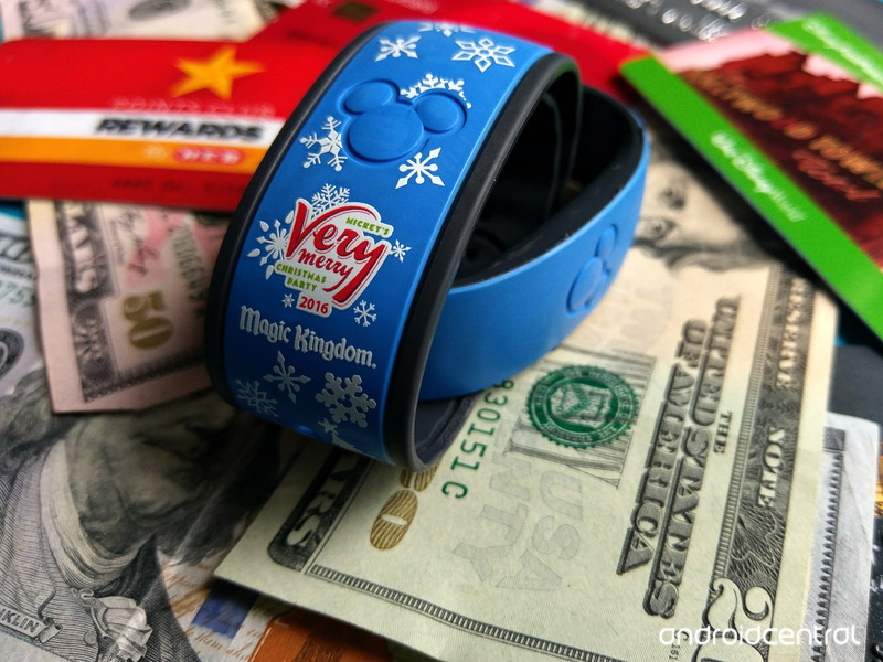 magicband-moneyshot-holiday.jpg?itok=FfS