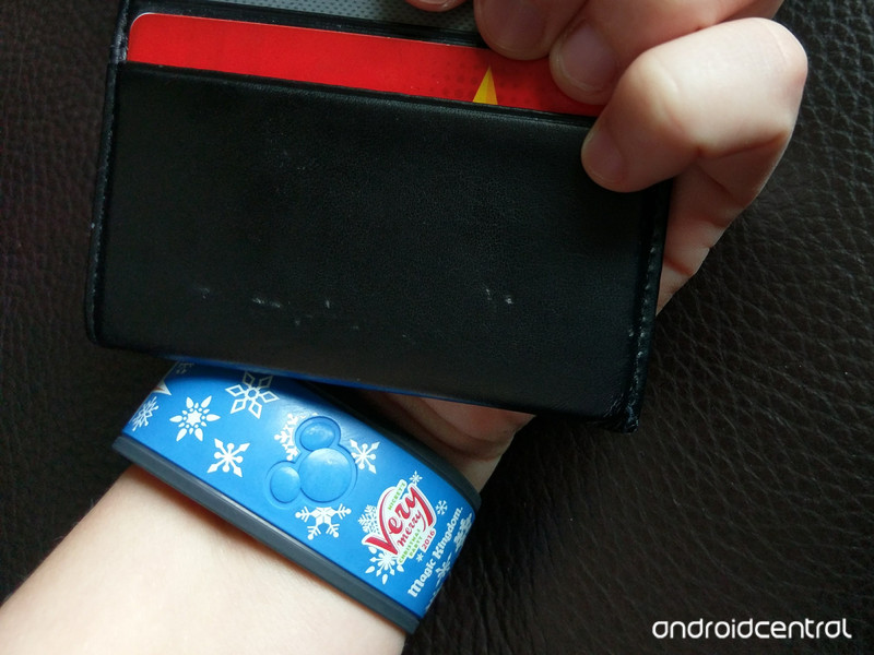 magicband-wallet-closeup.jpg?itok=E3mPqD