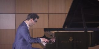 Eye-tracking glasses reveal what master pianists look at while they play