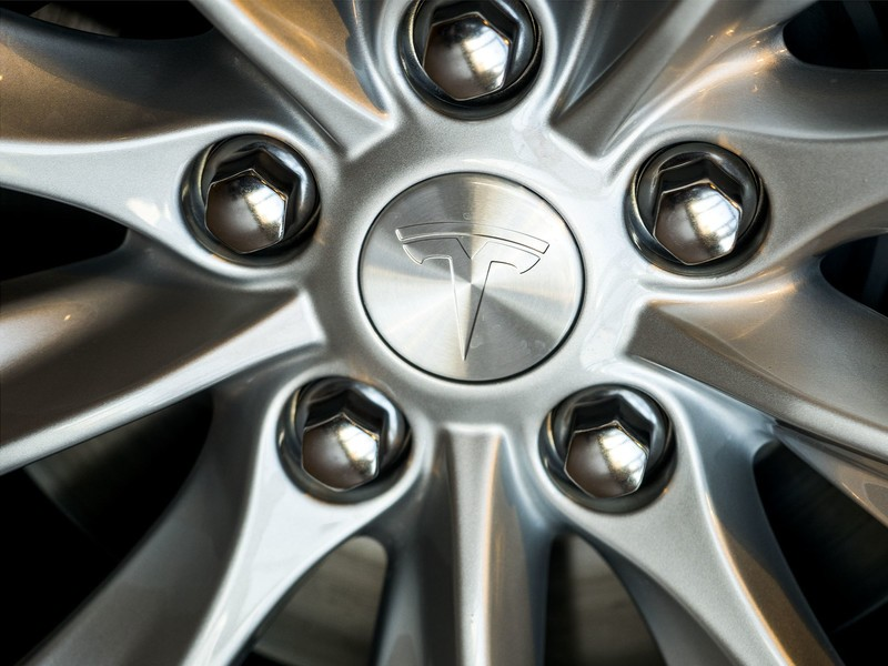 wheel-silver-center-tesla-logo-close.jpg