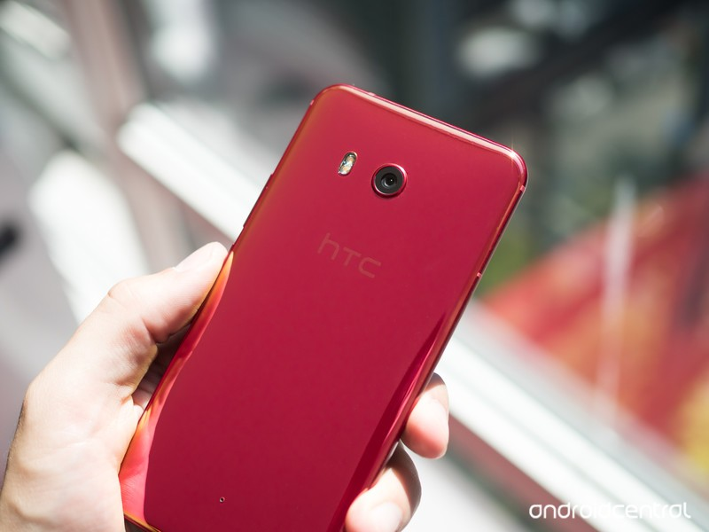 htc-u11-solar-red-back-hand-2.jpg?itok=0