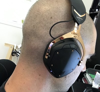 v-moda-crossfade-2-wireless-on-head.jpg?