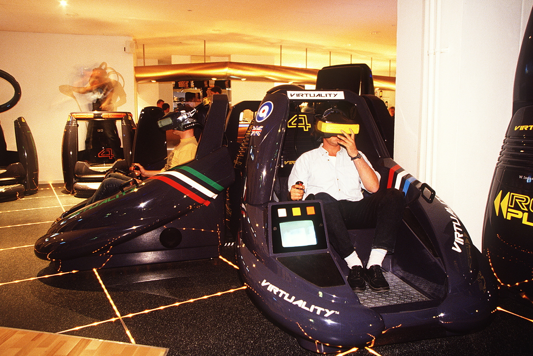 (GERMANY OUT) junger Mann beim Spiel im Virtuality Cafeim Europa-Center- 1995 (Photo by Christoph Michaelis/ullstein bild via Getty Images)