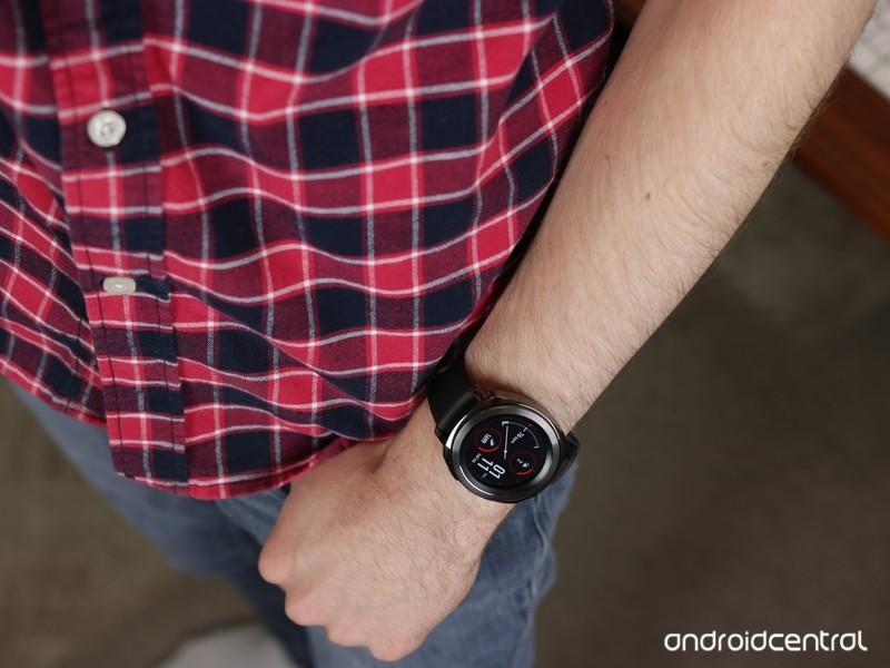 Samsung-Gear-Sport-On-Wrist_0.JPG?itok=5