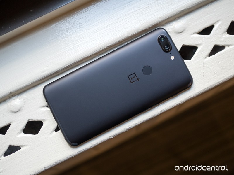oneplus-5t-black-back-straight-on.jpg?it