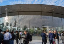 Distracted employees are walking into glass walls in Apple's new headquarters