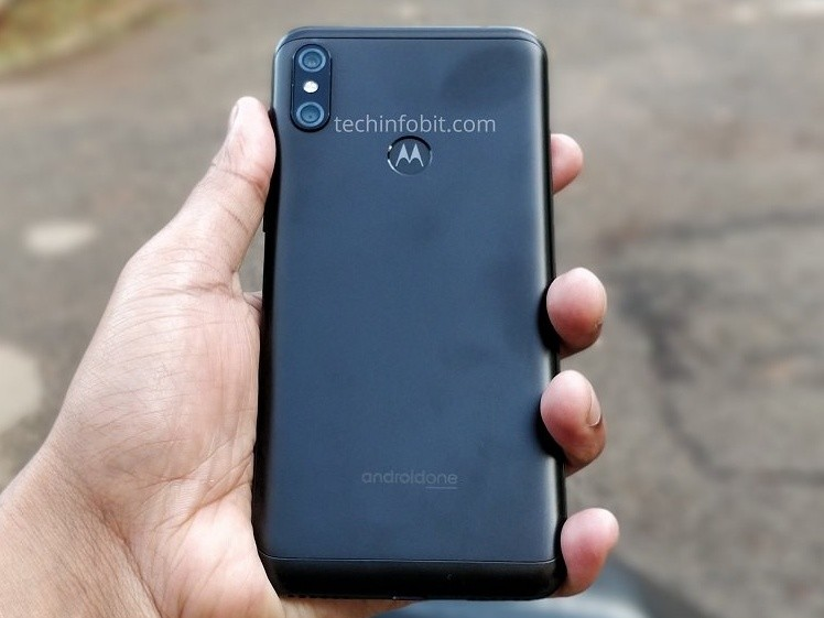 motorola-one-power-hands-on-back%20cropp