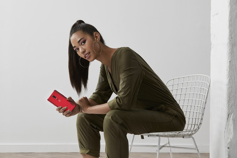 oneplus6red-lifestyle-shot03.jpg?itok=si