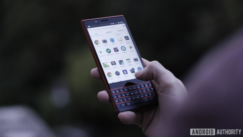Blackberry Key2 LE front, keyboard with atomic red frets, showing preloaded apps and BlackBerry features