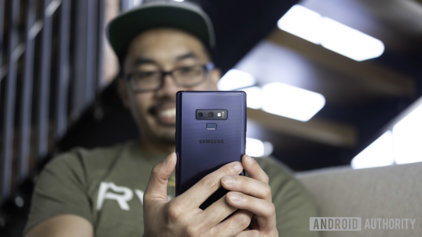 A photo of Lanh holding the Samsung Galaxy Note 9.