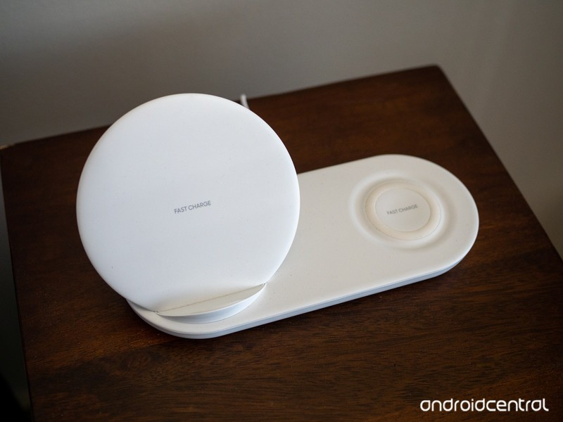 samsung-wireless-charger-duo-white-table