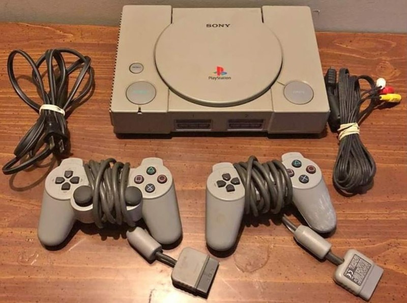 original-playstation-with-controllers-he
