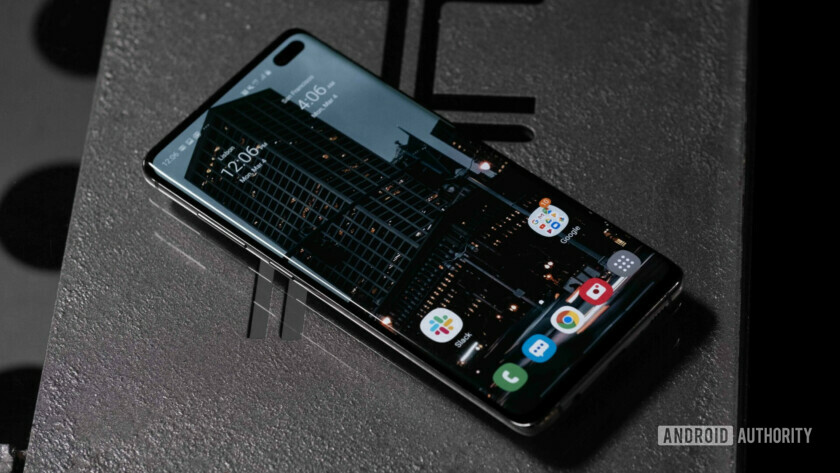 Samsung Galaxy S10 Plus Screen from angle (3 of 13)