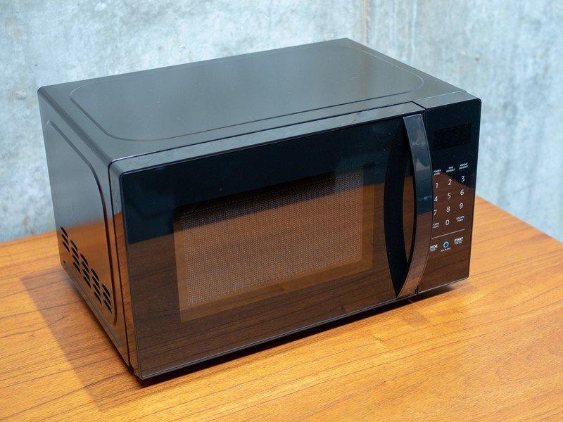 amazon-basics-microwave_0.jpg?itok=j_Efk