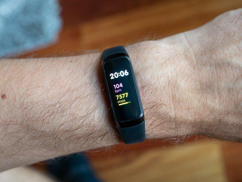 samsung-galaxy-fit-black-on-wrist.jpg?it