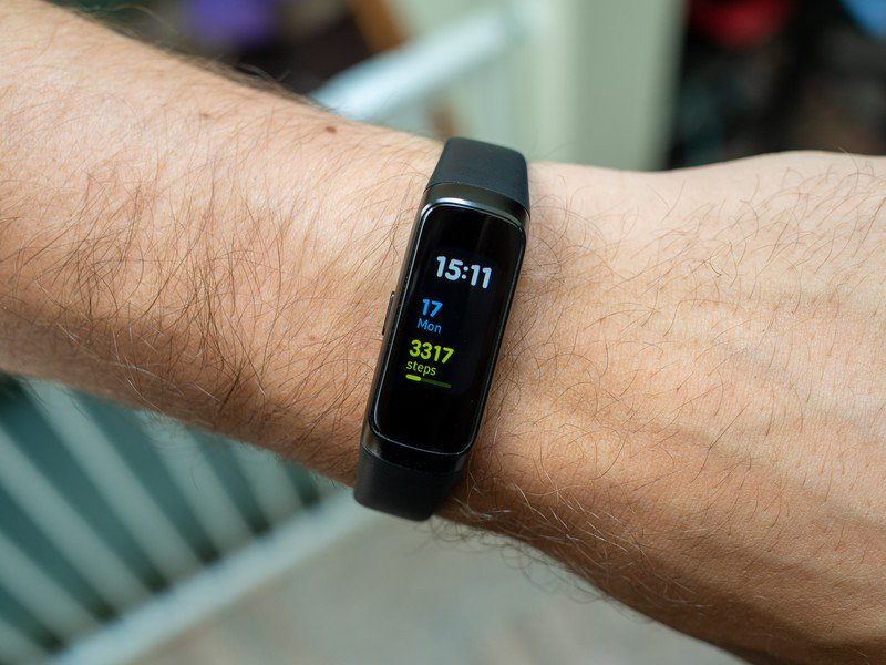 samsung-galaxy-fit-black-on-wrist-angle.
