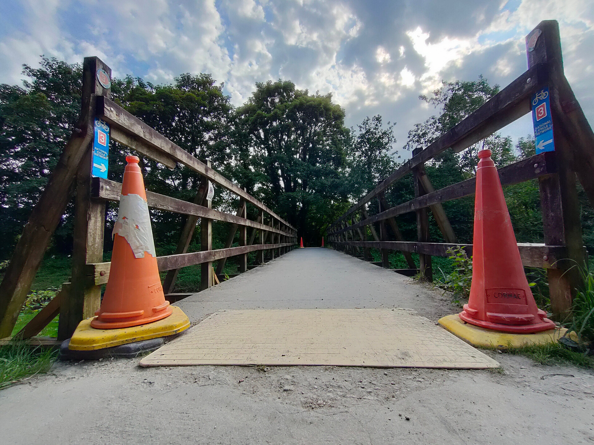 Realme 5 Pro HDR wide angle color cones on bridge