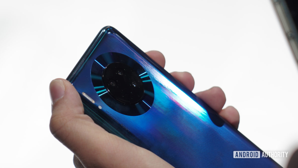Huawei Mate 30 Pro camera detail in hand