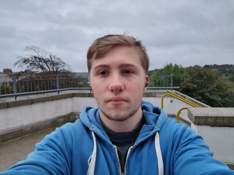 Huawei Mate 30 Pro Camera test Selfie on terrace to show dynamic range