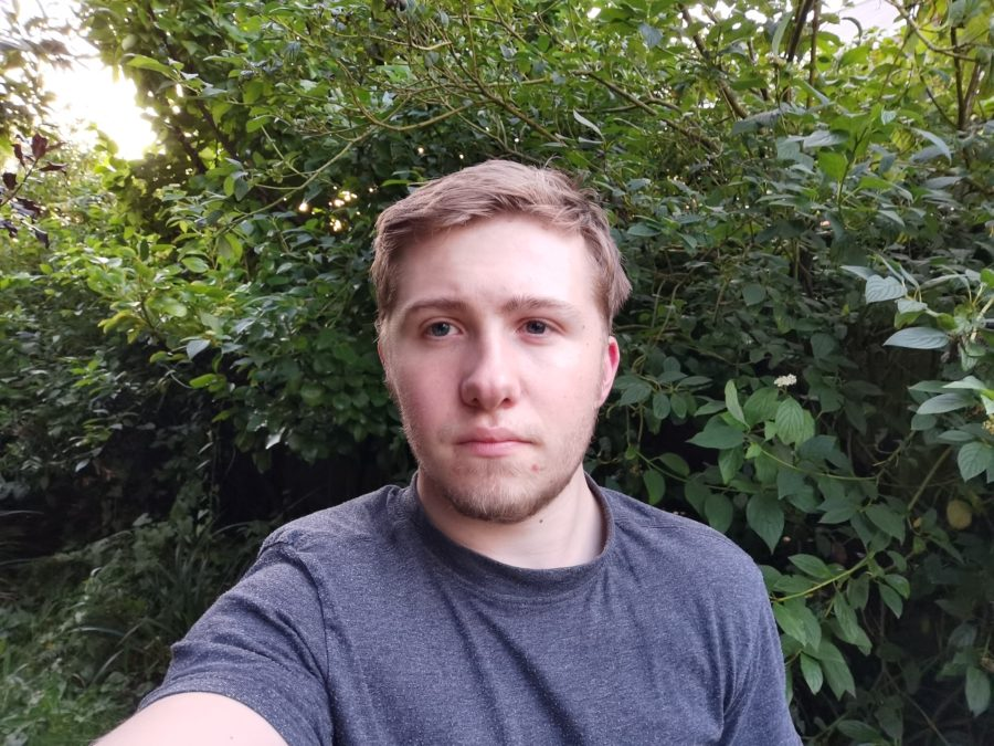 Huawei Mate 30 Pro Camera test Selfie in garden with light and plants