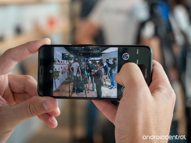 pixel-4-camera-ui-in-hand.jpg?itok=924sN