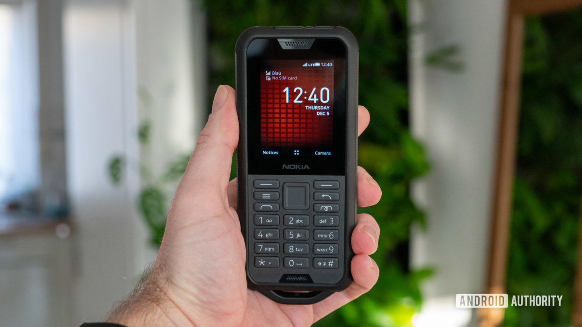 Nokia 800 Tough review home screen in hand