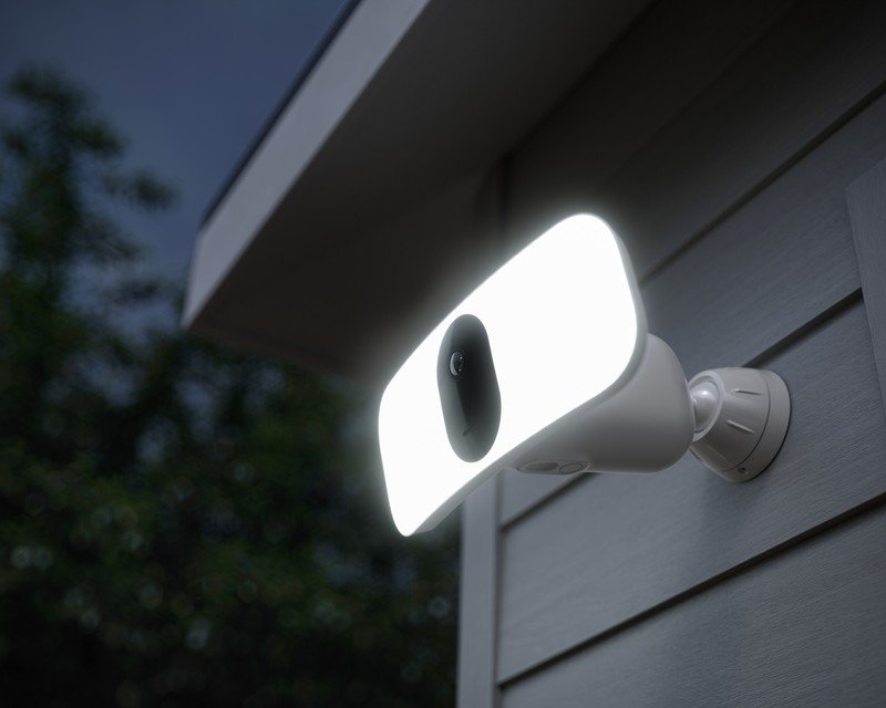arlo-pro-3-floodlight-camera-lifestyle.j