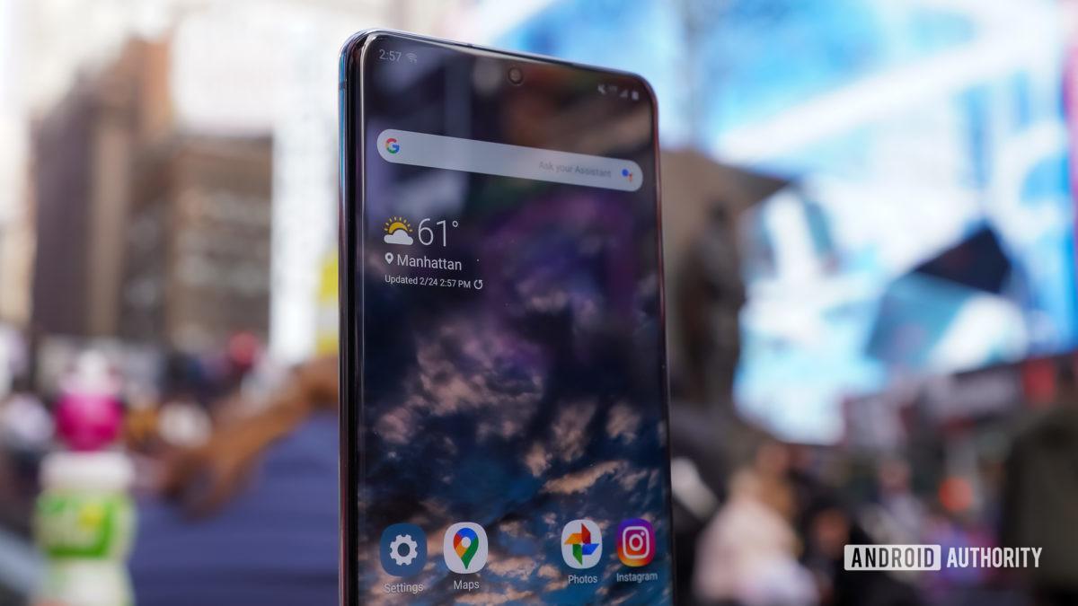 Samsung Galaxy S20 Ultra face profile times square