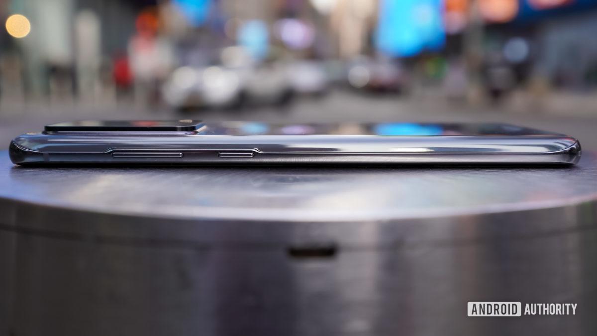 Samsung Galaxy S20 Ultra right edge