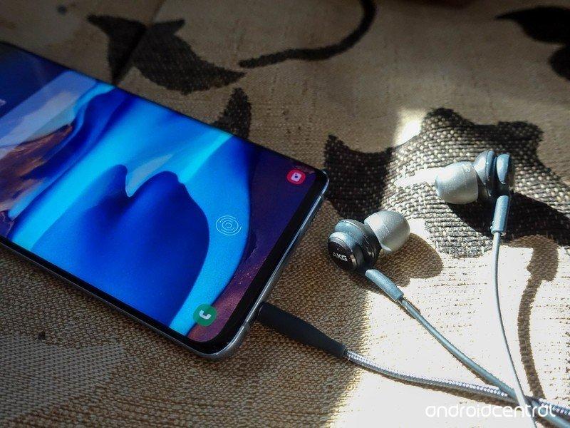 galaxy-s10-headphones-1.jpg?itok=U8vQAyD