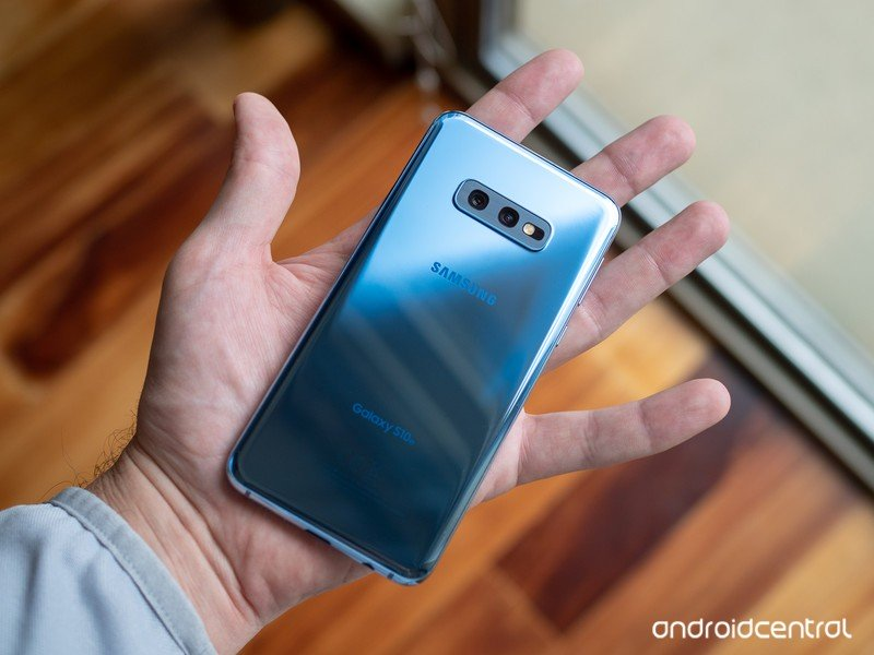 galaxy-s10e-blue-open-palm.jpg?itok=tk75