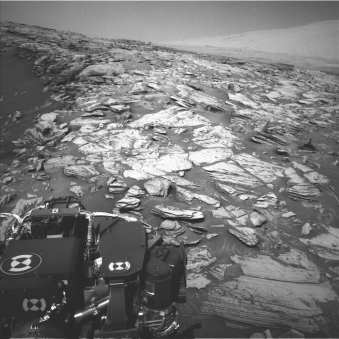 Curiosity conquers a 30-degree slope on Mars for the first time, enjoys the view