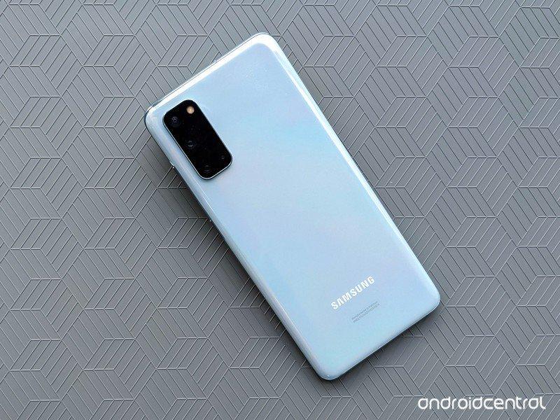 galaxy-s20-review-cloud-blue-close-greyc