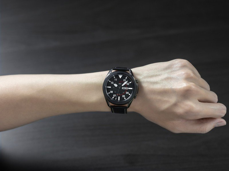 galaxy-watch-3-lifestyle-on-hand.jpg