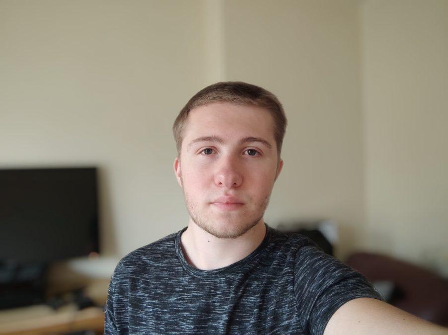 Xiaomi Mi 10 Ultra portrait selfie camera sample in a living room