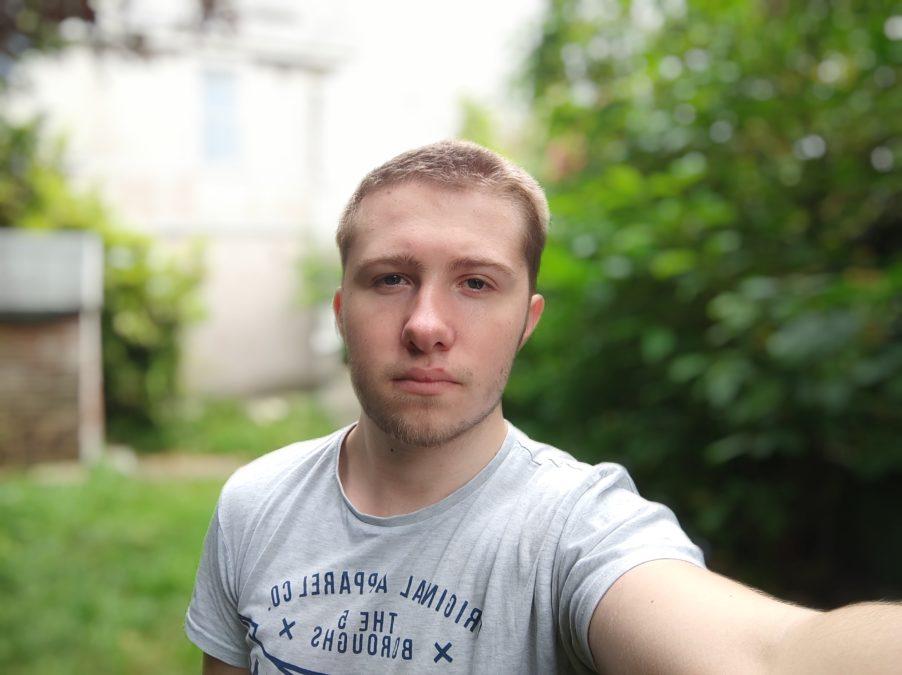 Xiaomi Poco X3 NFC portrait selfie outdoors