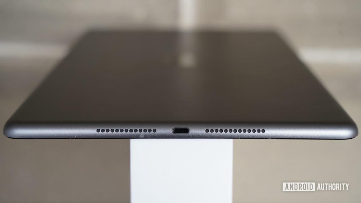Apple iPad 2020 speakers and Lightning