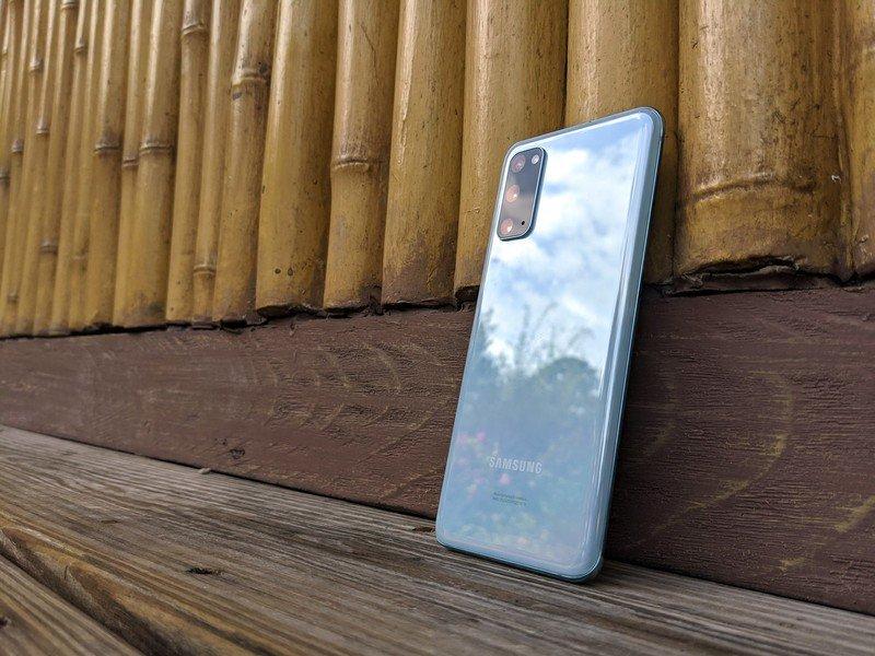 galaxy-s20-review-bamboo-cloud-blue-refl