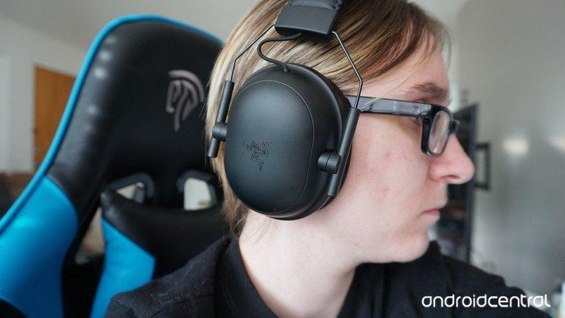 razer-blackshark-v2-pro-headset-side-her
