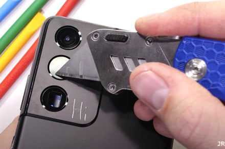 See how well Samsung's Galaxy S21 Ultra stands up to a razor knife