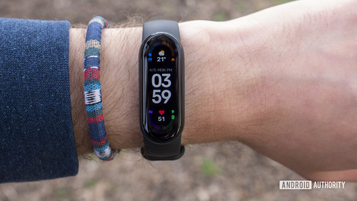 xiaomi mi band 6 review watch face display on wrist 2