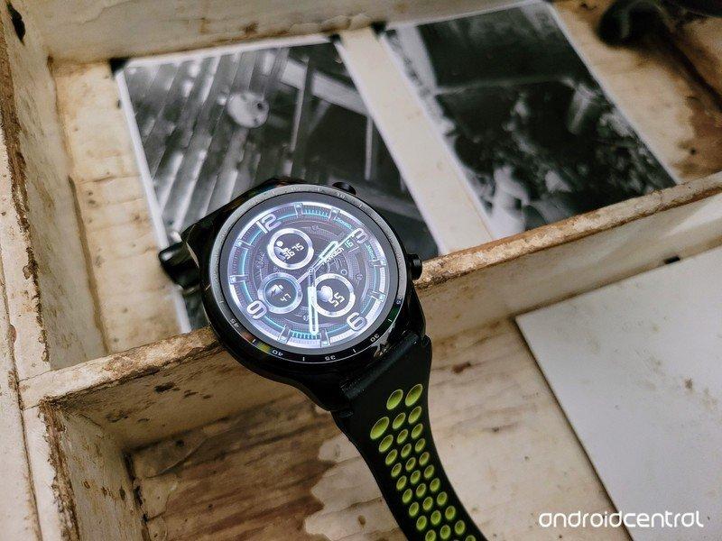 ticwatch-pro-3-lifestyle-02.jpg