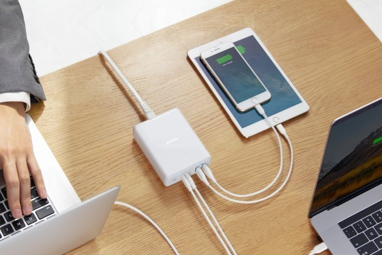 anker-atom-pd-4-charger-lifestyle.jpg