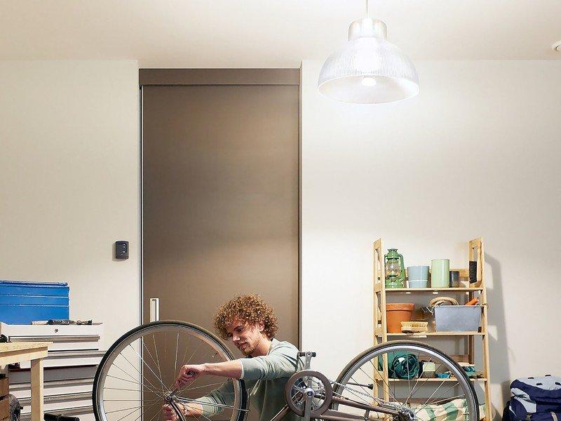 philips-hue-1600-lumen-bulb-lifestyle.jp