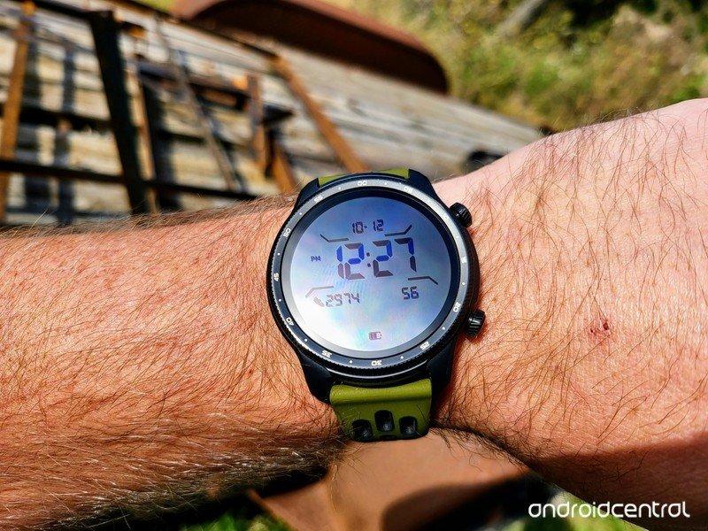 ticwatch-pro-3-ultra-gps-lifestyle-07.jp