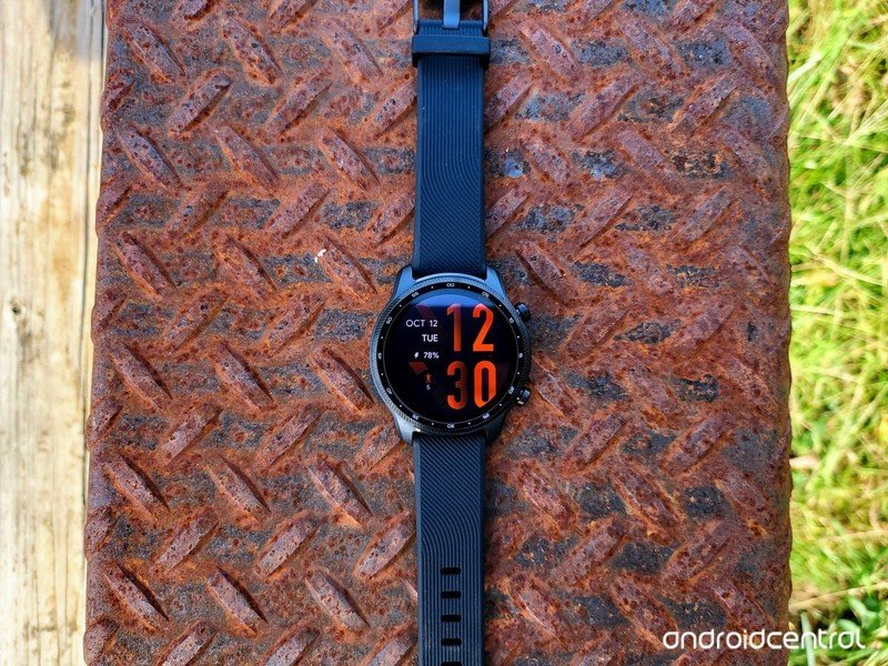 ticwatch-pro-3-ultra-gps-lifestyle-01.jp