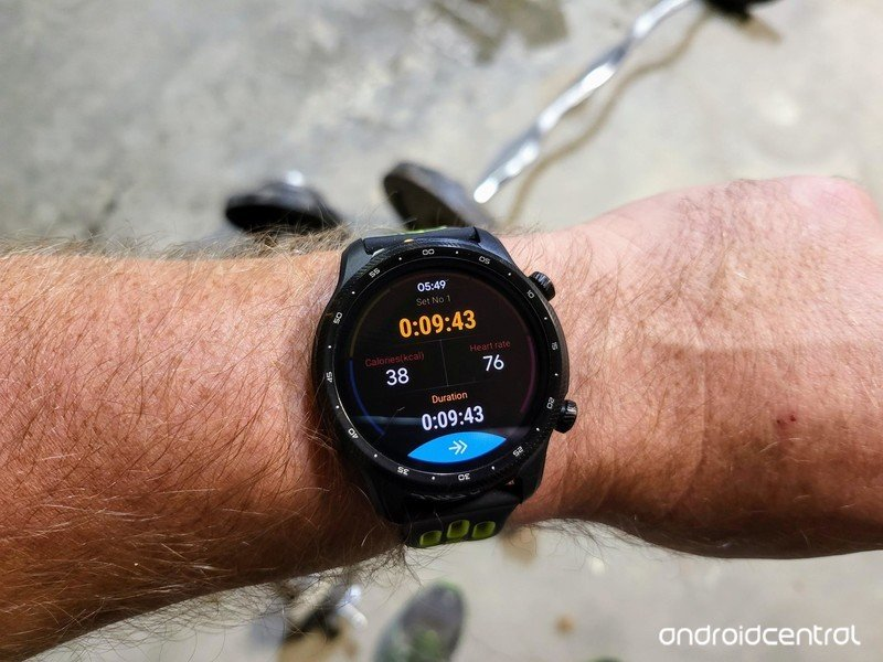 ticwatch-pro-3-ultra-gps-lifestyle-03.jp